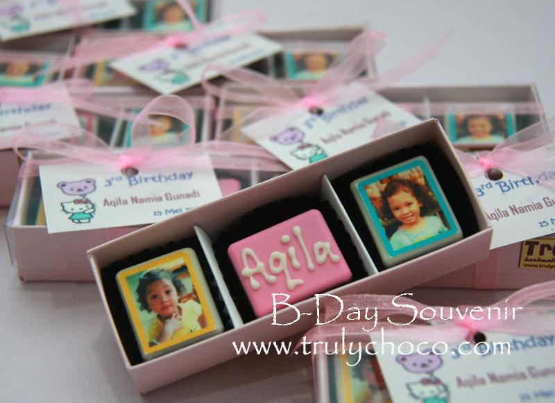 ... , foto anak dan 1 buah coklat bentuk kotak yang bertuliskan nama anak