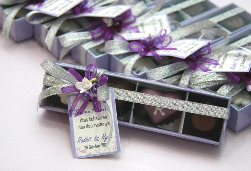 Souvenir coklat dengan inisial isi 4 nuansa ungu silver W4i  TrulyChoco, handmade chocolate