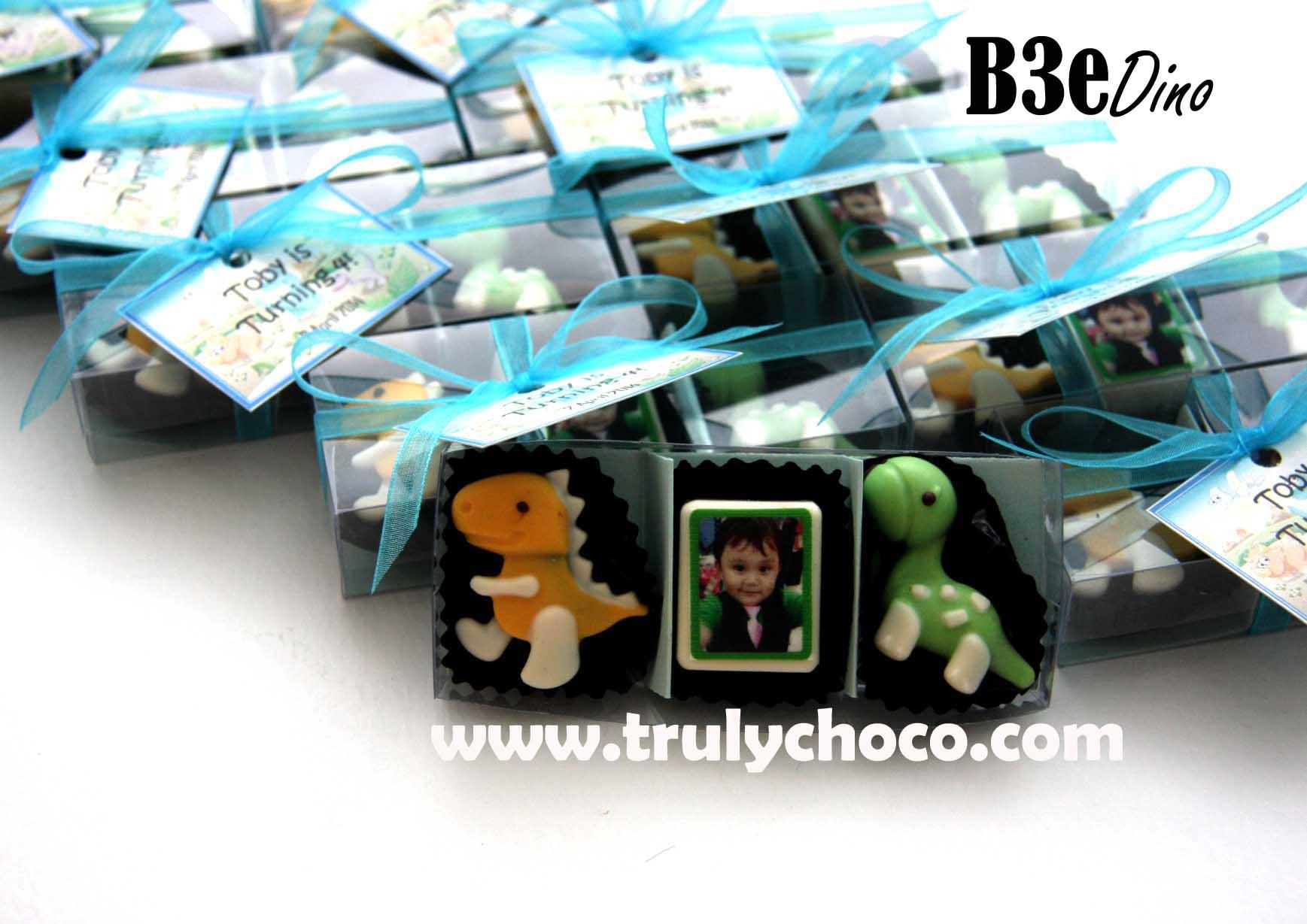 Souvenir ultah anak coklat bentuk dinosaurus dan foto edible anak yang